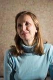 Una mujer en un suéter azul Foto de archivo libre de regalías