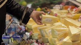 Una mujer en un supermercado que compra un queso almacen de video
