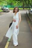 Una mujer en un traje blanco Fotos de archivo