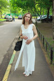 Una mujer en un traje blanco Fotografía de archivo libre de regalías