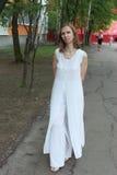 Una mujer en un vestido blanco Imagen de archivo
