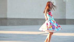 Una mujer en un vestido hermoso da vuelta lentamente almacen de metraje de vídeo