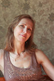 Una mujer en un vestido marrón Foto de archivo libre de regalías