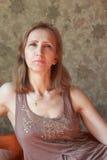 Una mujer en un vestido marrón Fotografía de archivo