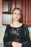 Una mujer en un vestido negro Imagen de archivo