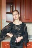 Una mujer en un vestido negro Imagenes de archivo