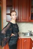 Una mujer en un vestido negro Imagen de archivo libre de regalías