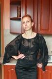 Una mujer en un vestido negro Fotografía de archivo