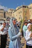 Una mujer en una alineada religiosa lleva a cabo el lulav Foto de archivo libre de regalías