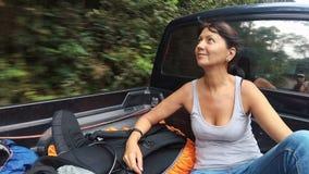Una mujer en una camioneta pickup almacen de metraje de vídeo
