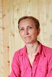 Una mujer en una camisa roja Fotografía de archivo