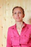 Una mujer en una camisa roja Imagen de archivo libre de regalías