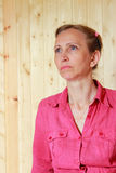 Una mujer en una camisa roja Fotos de archivo libres de regalías