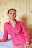 Una mujer en una camisa roja Foto de archivo