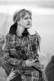 Una mujer en una capa coloreada con mucha tristeza y sufrimiento tensión Mujer triste al aire libre Fotos de archivo