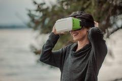Una mujer en vidrios de realidad virtual Tecnologías futuras fotografía de archivo