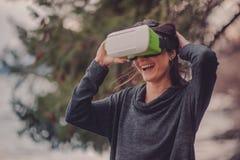 Una mujer en vidrios de realidad virtual Tecnologías futuras imágenes de archivo libres de regalías