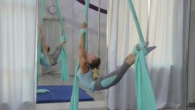 Una mujer entrena en el aire en el pasillo solamente almacen de video
