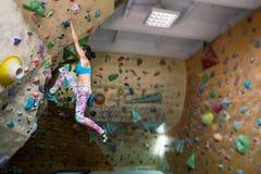 Una mujer entrena para subir Fotografía de archivo