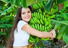 Una mujer es plátanos de la explotación agrícola Imagen de archivo