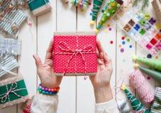 Una mujer es que embala y de adornamiento de regalos de Navidad Soldado enrollado en el ejército del día de fiesta Imagen de archivo libre de regalías