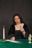 Una mujer es tarjetas de tarot de la lectura Imagen de archivo libre de regalías