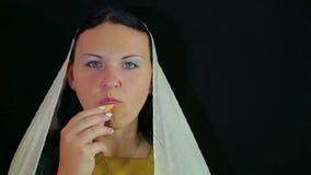 Una mujer es un judío que come una manzana en miel almacen de video