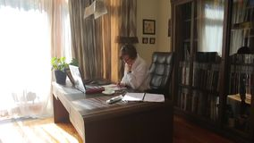 Una mujer escribe en un cuaderno en su escritorio en su Ministerio del Interior metrajes