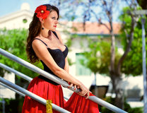 Una mujer española en las escaleras Foto de archivo
