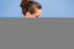 Una mujer está aplicando el sunblock Fotos de archivo libres de regalías