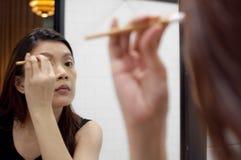 Una mujer está aplicando un componer Fotografía de archivo libre de regalías