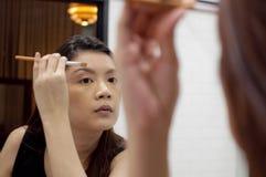 Una mujer está aplicando un componer Foto de archivo libre de regalías