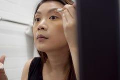 Una mujer está aplicando un componer Imagenes de archivo