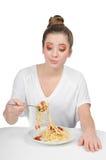 Una mujer está comiendo los espaguetis con una bifurcación Fotos de archivo libres de regalías