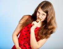 Una mujer está comiendo un chocolate Imagenes de archivo