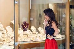 Una mujer está en la joyería Imagen de archivo libre de regalías