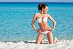 Una mujer está en la playa Imagenes de archivo