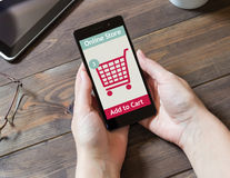 Una mujer está haciendo compras en la tienda en línea Icono del carro de compras Comercio electrónico Fotografía de archivo