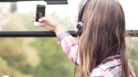 Una mujer está montando en un autobús turístico almacen de video