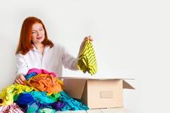 Una mujer está ocupada con el montón en su guardarropa imágenes de archivo libres de regalías