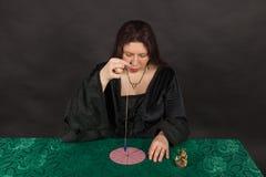 Una mujer está trabajando con un péndulo Imágenes de archivo libres de regalías