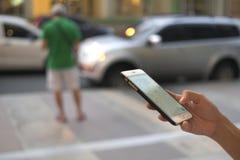Una mujer está utilizando su teléfono Fotografía de archivo