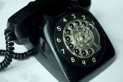 Una mujer está utilizando un teléfono del vintage Fotos de archivo