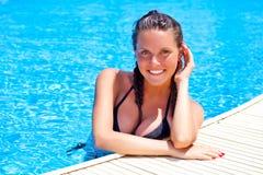 Una mujer está en la piscina Fotografía de archivo libre de regalías