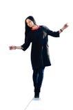 Una mujer está equilibrando en el borde Fotografía de archivo
