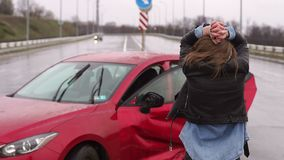 Una mujer estaba en un accidente en el camino bajo la lluvia, la hieren y se asustan almacen de metraje de vídeo