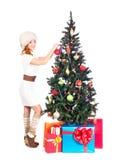 Una mujer feliz en invierno viste el adornamiento del árbol de navidad Imágenes de archivo libres de regalías