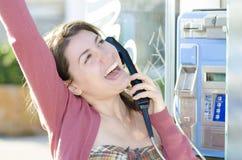 Una mujer feliz que habla en el teléfono Fotografía de archivo