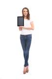 Una mujer feliz que sostiene una tableta Imagen de archivo
