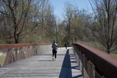 Una mujer funciona con encima a Wolf River Bridge Fotos de archivo